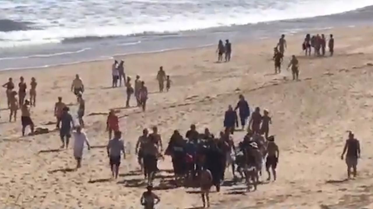 Omstanders helpen gewonde man na haaienaanval VS