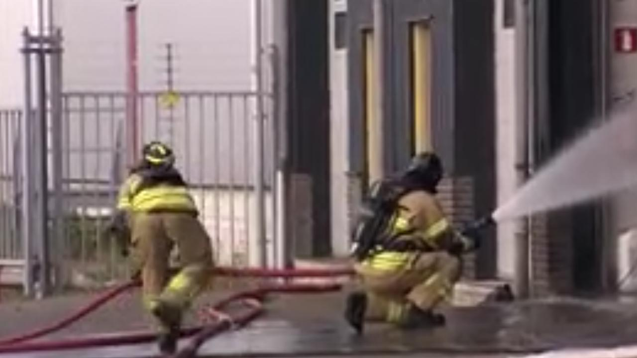 Brandweer blust brand op industrieterrein Heerjansdam