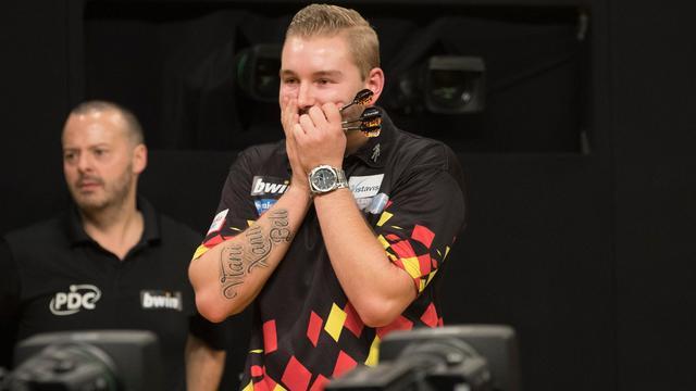 Van den Bergh draagt negendarter op Grand Slam of Darts op aan vriendin