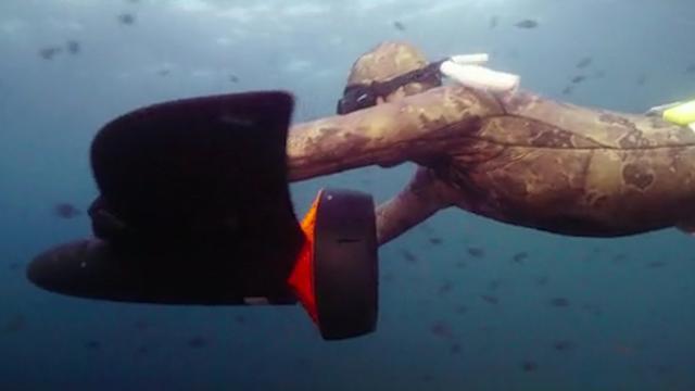 Aerodynamische onderwaterscooter laat gebruikers 'vliegen'