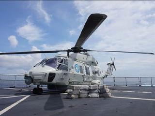 Helikopter schoot buitenboordmotor van smokkelboot kapot