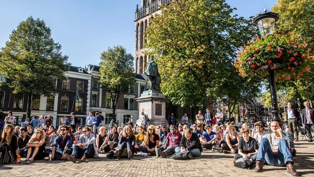 Docenten UU geven uit protest college op Domplein