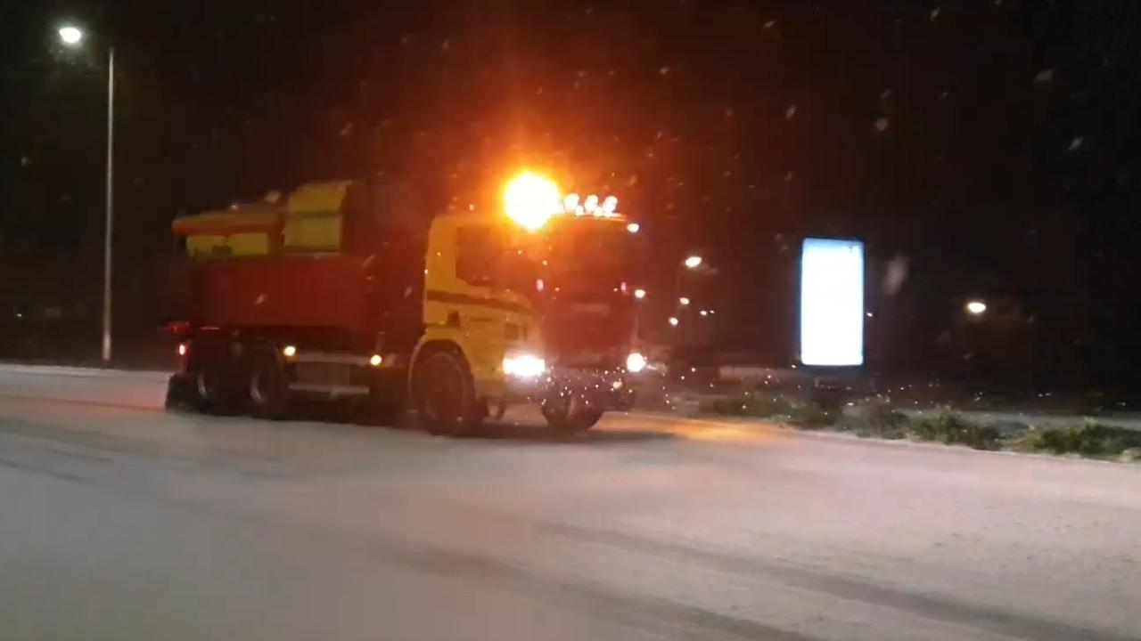 Strooiwagens de weg op in Nederland na sneeuwval