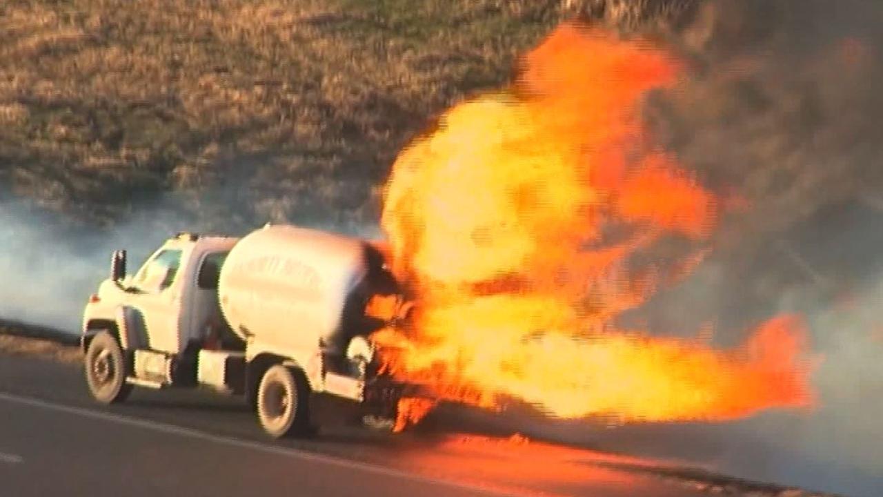 Propaantank van vrachtwagen spuwt vlammen na ongeluk in VS