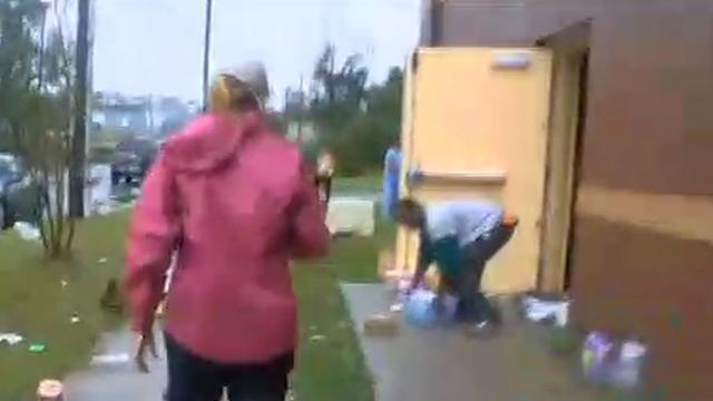 Verslaggever in VS confronteert plunderaars na storm Florence