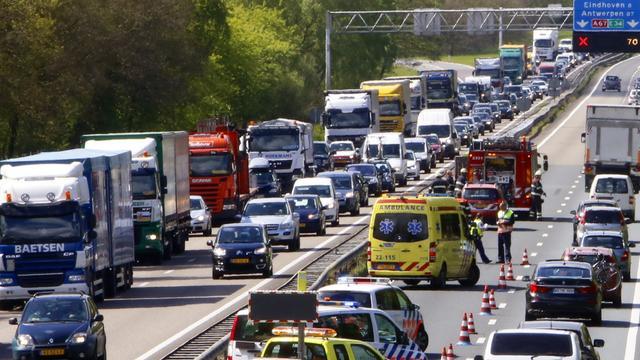 Duitse vrachtwagenchauffeur verongelukt op A67 in Limburg.