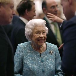 Koningin Elizabeth weer in het openbaar verschenen na ziekenhuisopname