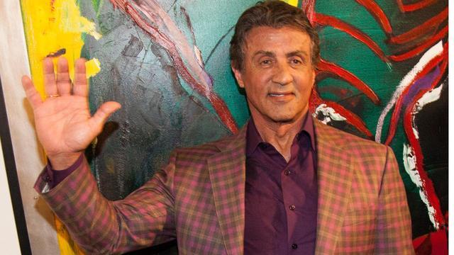 Sylvester Stallone presenteert een van zijn werken in een museum in het Franse Nice.