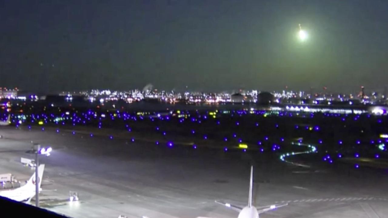 Groene 'vuurbal' verlicht hemel boven Japan