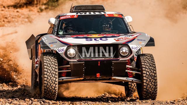 Dertienvoudig winnaar Stéphane Peterhansel is dicht bij een nieuwe eindzege in Dakar.