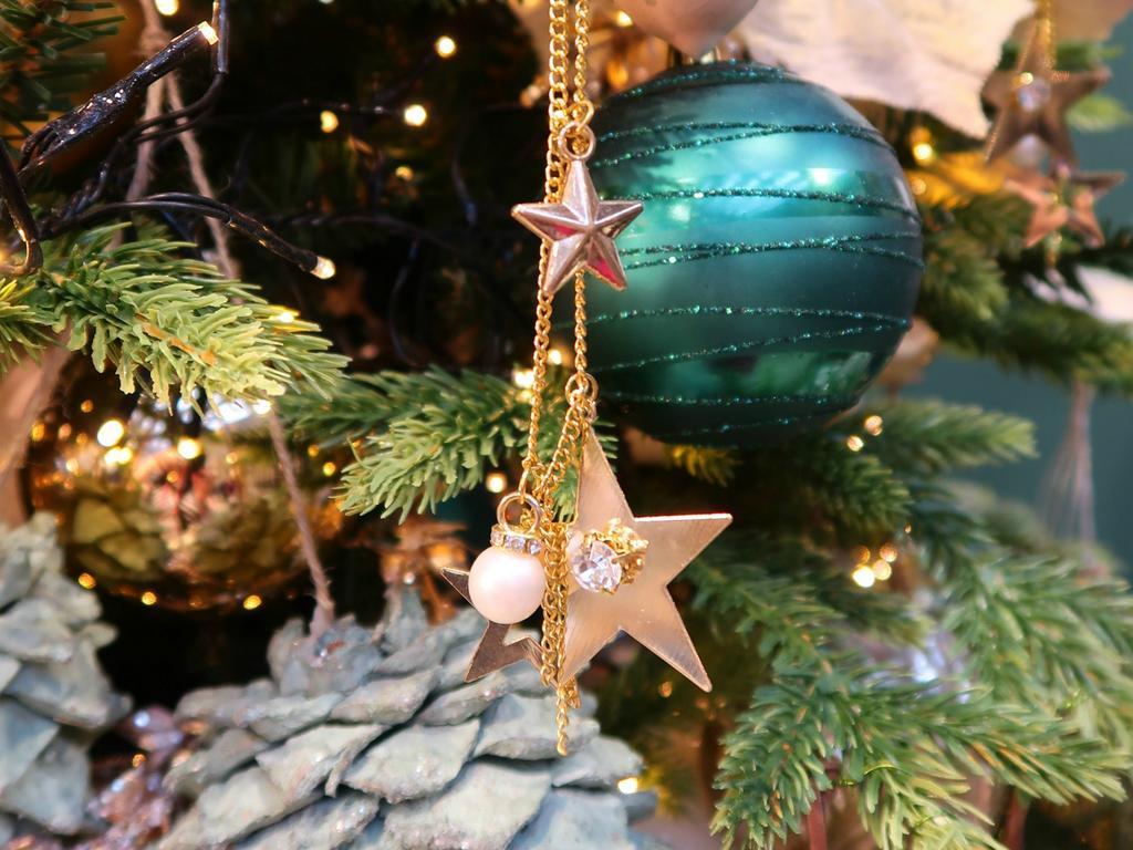 Tips En Trends Voor De Kerstboom Hang De Ballen Diep In De Boom