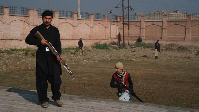 Taliban blazen deel van school in Pakistan op