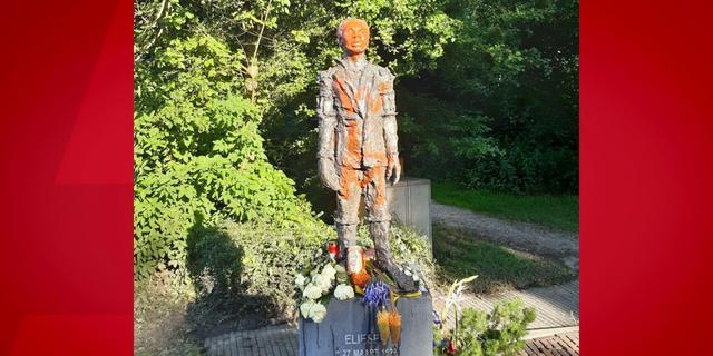 Standbeeld van Elieser op joodse begraafplaats in Ouderkerk beklad