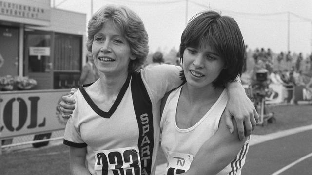 Els Vader (rechts) met Conny Vermazen op de NK atletiek in 1981.