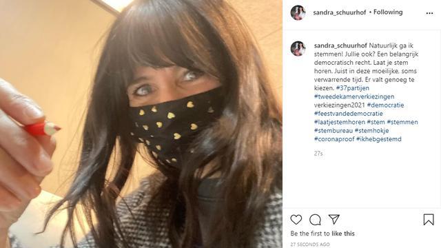 Shownieuws-gezicht Sandra Schuurhof deelt een foto vanuit het stemhokje. Foto: Instagram/Sandra Schuurhof