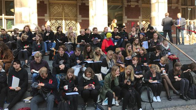 Tweehonderd deelnemers voor 'Silent Read-In' Academiegebouw