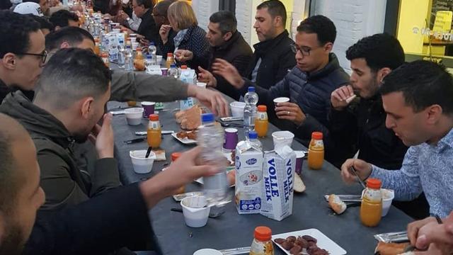 Islamitische ondernemers houden iftar-diner op Haarlemmerstraat