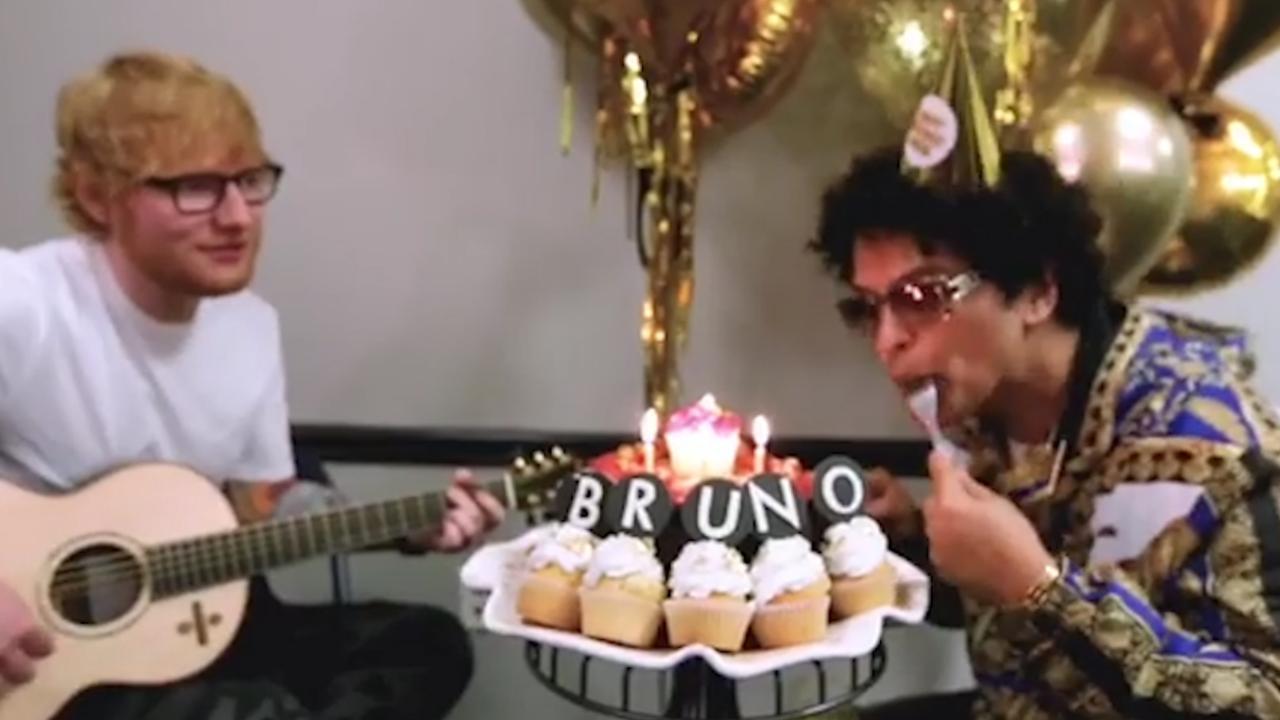 Ed Sheeran zingt Happy Birthday voor jarige Bruno Mars
