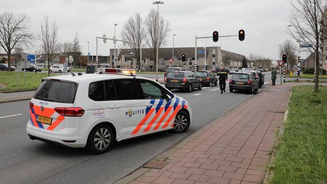 Kop-staartbotsing tussen drie auto's voor stoplicht in Leiderdorp