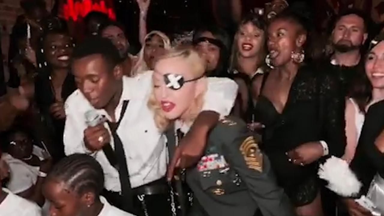 Kinderen van Madonna zingen Elton John-nummer voor jarige moeder