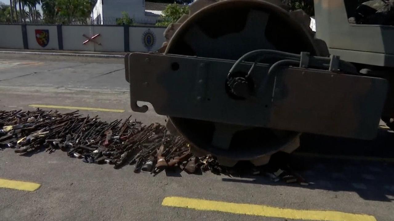 Leger Brazilië vernietigt 8.500 wapens met wals
