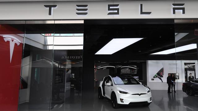Tesla-aandeel zakt voor het eerst sinds 2016 onder grens van 200 dollar