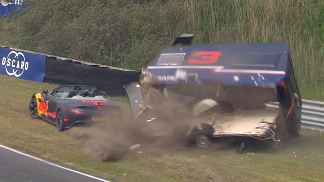 Verstappen en Ricciardo vernielen caravans bij demo in Zandvoort