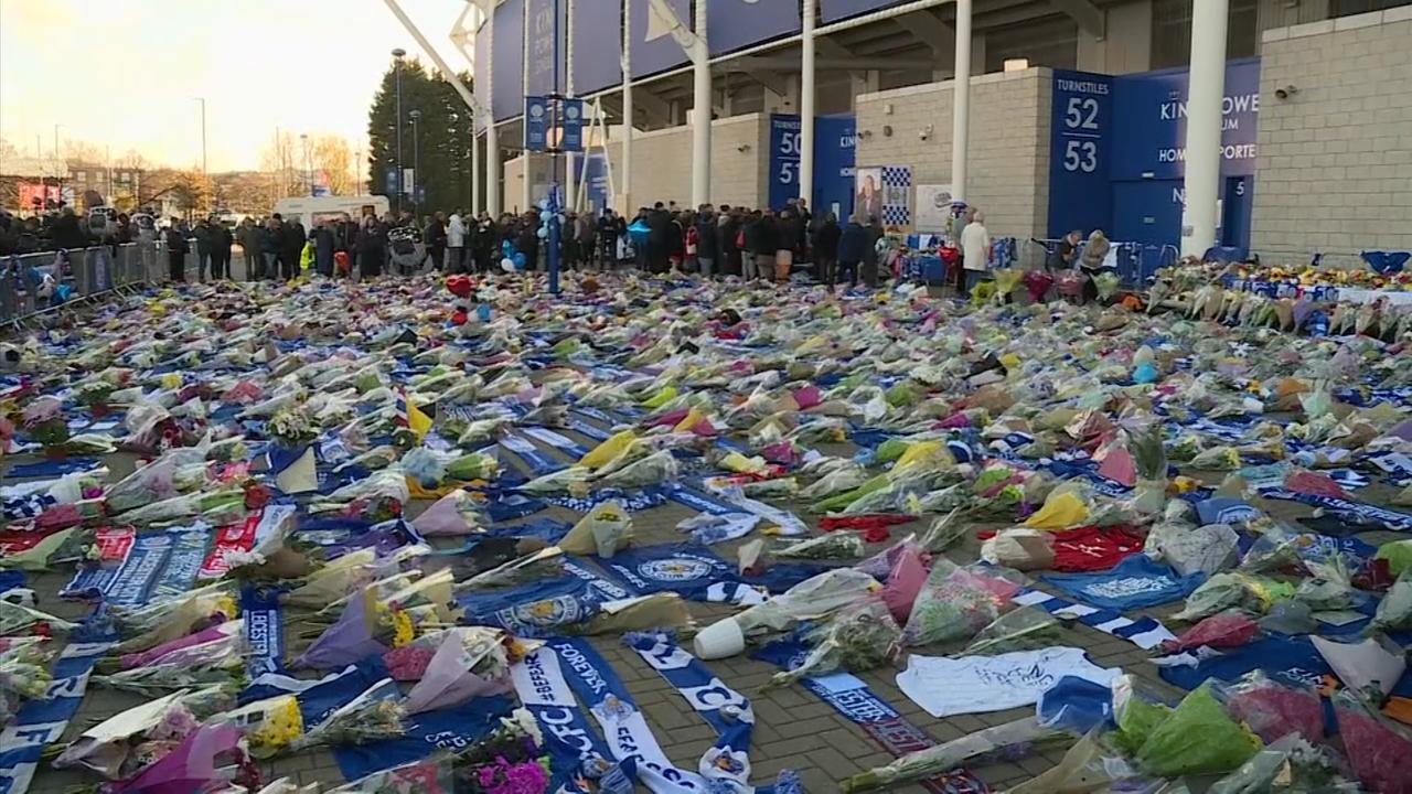Familie omgekomen eigenaar Leicester City legt bloemen bij stadion