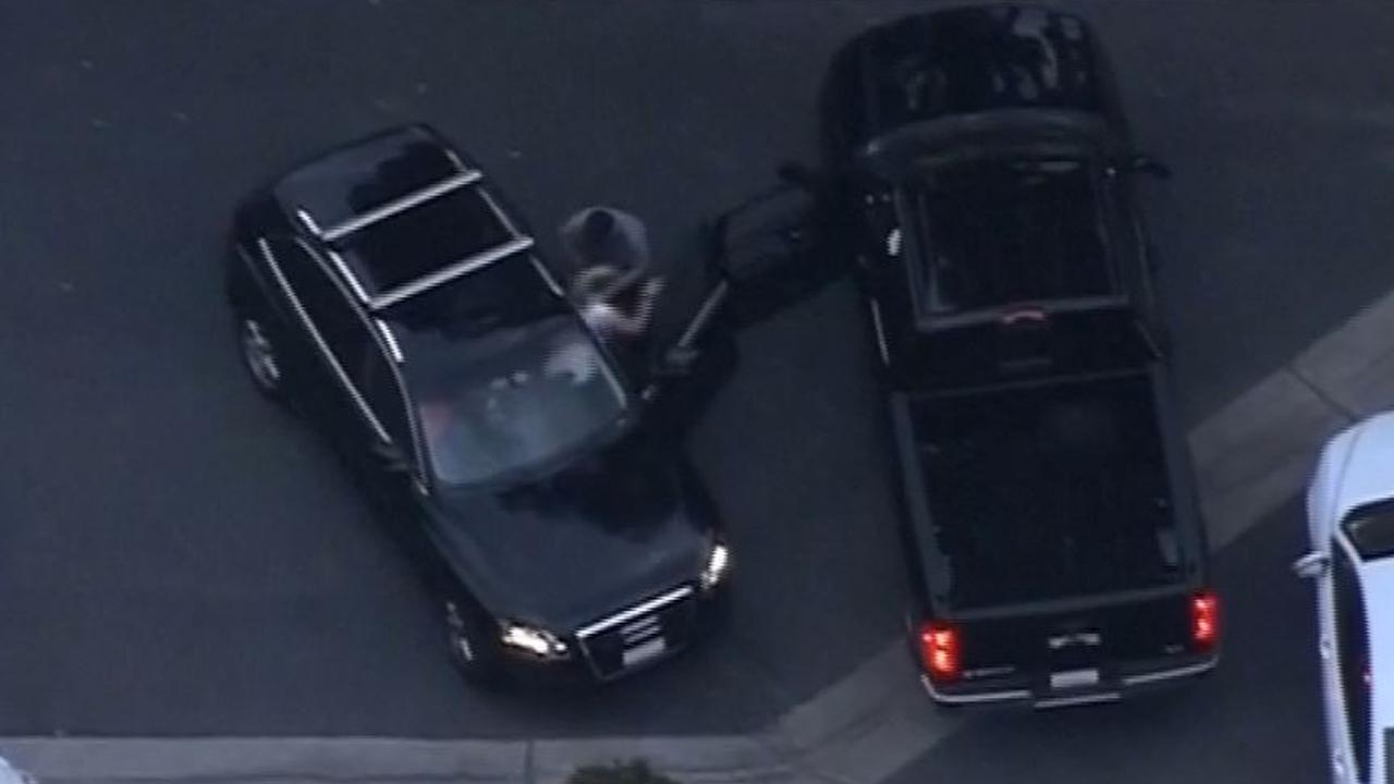 Man trekt vrouw uit auto bij achtervolging in Californië