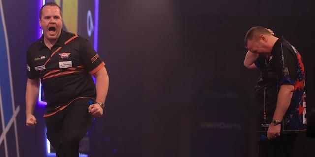 Van Duijvenbode stunt na comeback ook tegen Durrant in vierde ronde WK