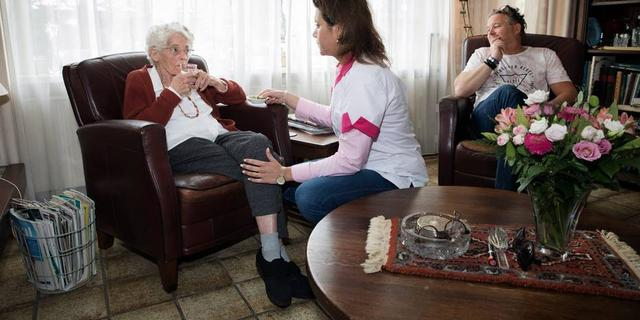 Oudere met zorg thuis leeft langer