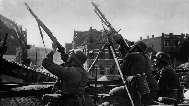 1940: Duitse soldaten schieten op vijandige vliegtuigen.