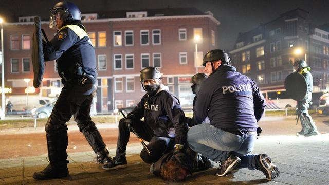 Een relschopper wordt opgepakt in Rotterdam.