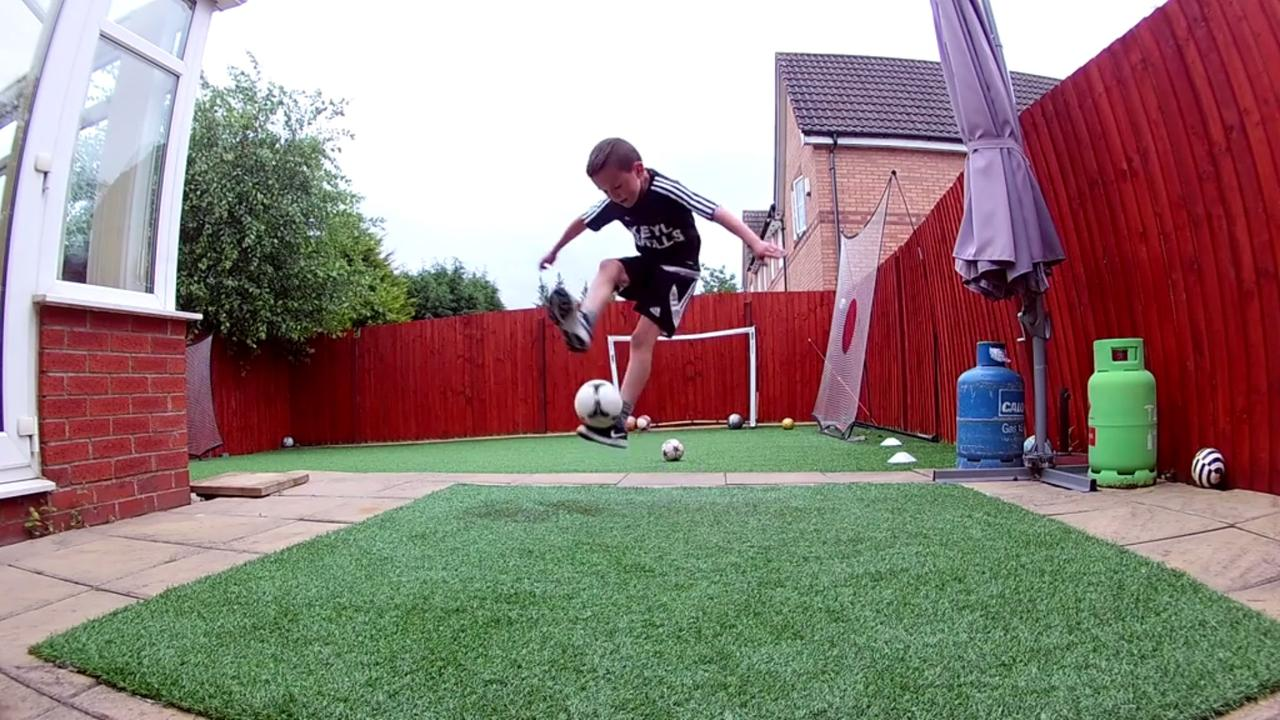 Jongetje showt zijn bijzondere voetbalkunsten