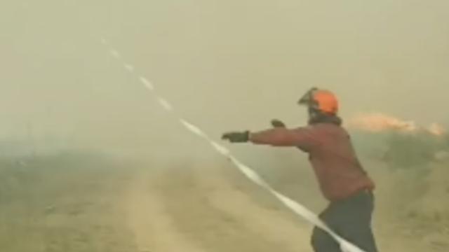 Vuurtornado slokt brandslang op in Brits-Columbia