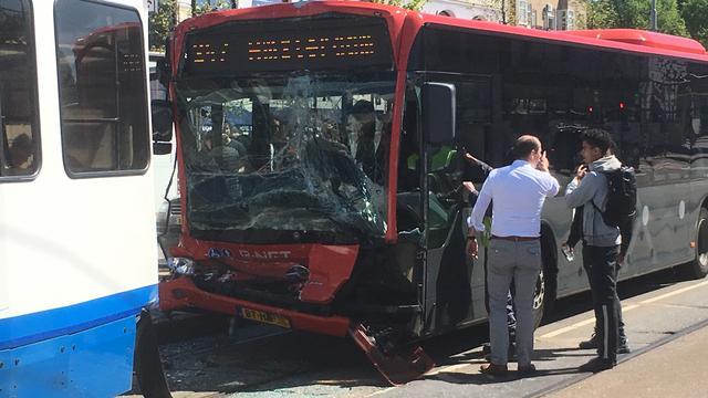 Veertien gewonden bij aanrijding tussen bus en tram Amsterdam.