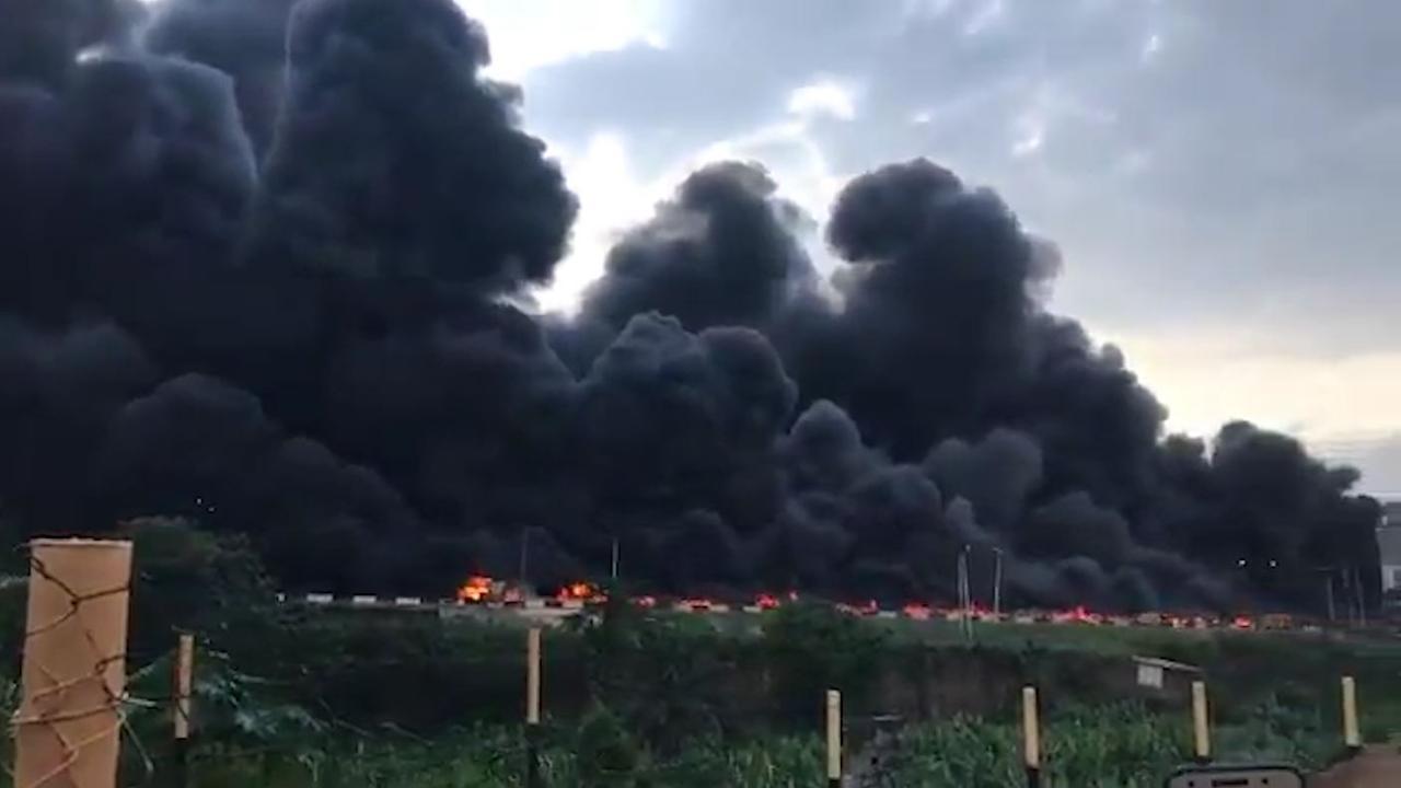Fatale crash verandert snelweg in Nigeria in vuurzee