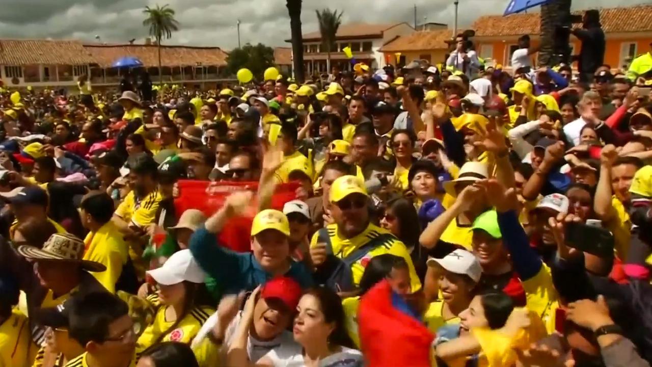 Duizenden mensen zingen Tour-winnaar Bernal toe in geboortestad