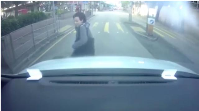 Vrouw gooit zichzelf tegen auto voor schadeclaim in China