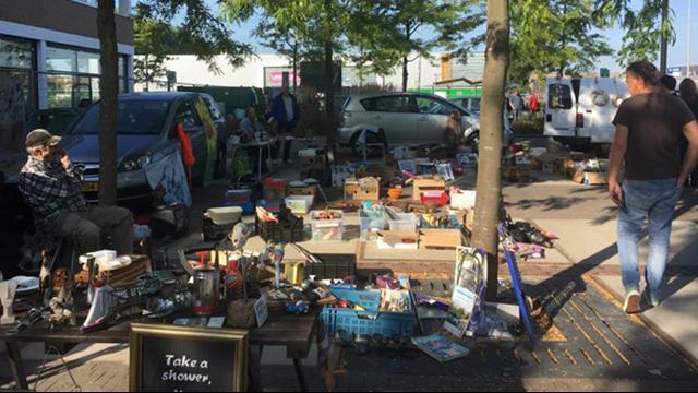 Zonnige kofferbakmarkt bij winkelcentrum De Baronie