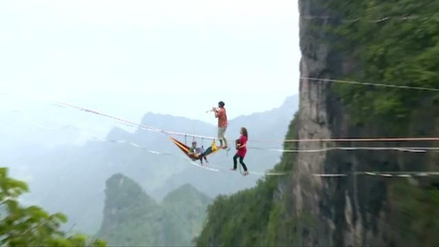 Koorddansers spelen muziek op 1.400 meter hoogte