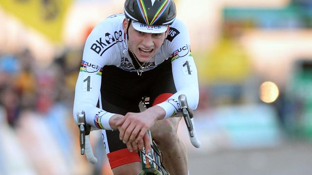 Wereldkampioen Van der Poel komt met schrik vrij na val op training