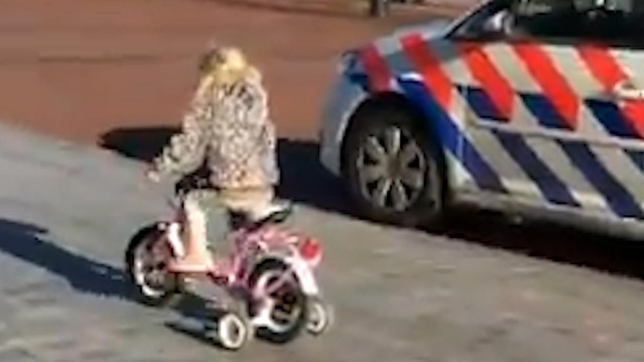 Peuter 'racet' op fiets tegen Rotterdamse agent in politieauto
