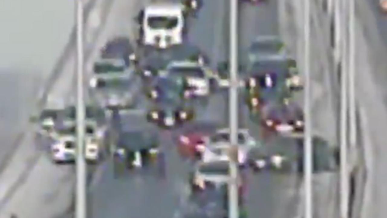 Verkeerscamera filmt ongeluk met tientallen auto's op brug VS
