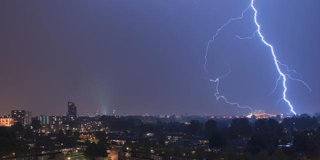 Noodweer zorgt voor wateroverlast en blikseminslagen in westen