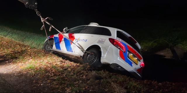 Politieauto belandt in greppel na wilde achtervolging in Twente
