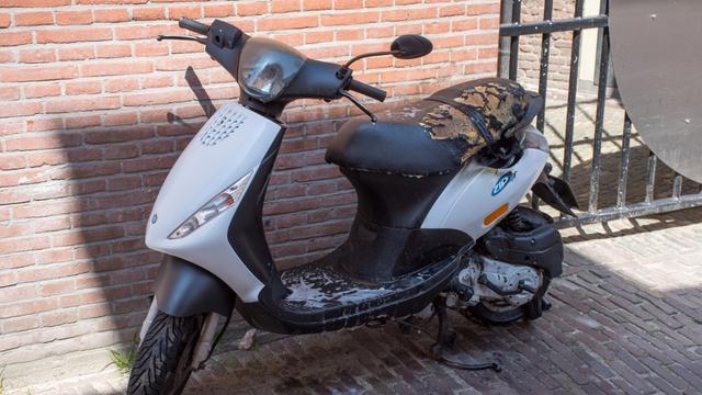 Museummedewerkers blussen scooterbrand in Leiden