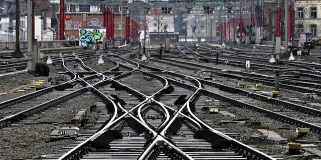 Machinist trekt man van spoor bij Spaklerweg