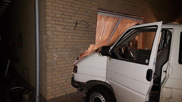 Dronken man (22) rijdt woning in Wernhout binnen