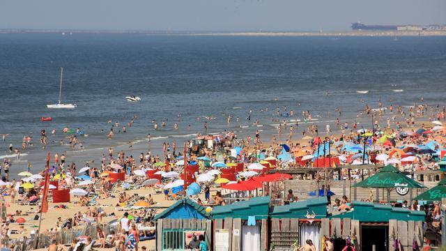 Politie ontruimt strand Bloemendaal vanwege drukte